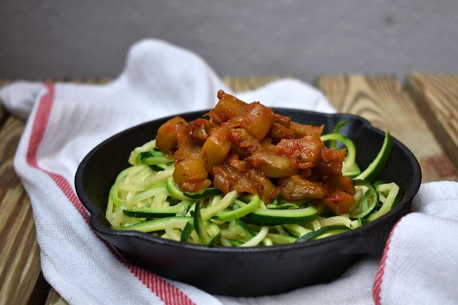 Espaguetis de calabacín con boloñesa vegana de berenjena