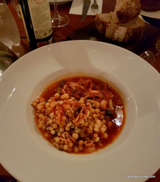 Cazuela de lulas e linguiça do restaurante Arturito