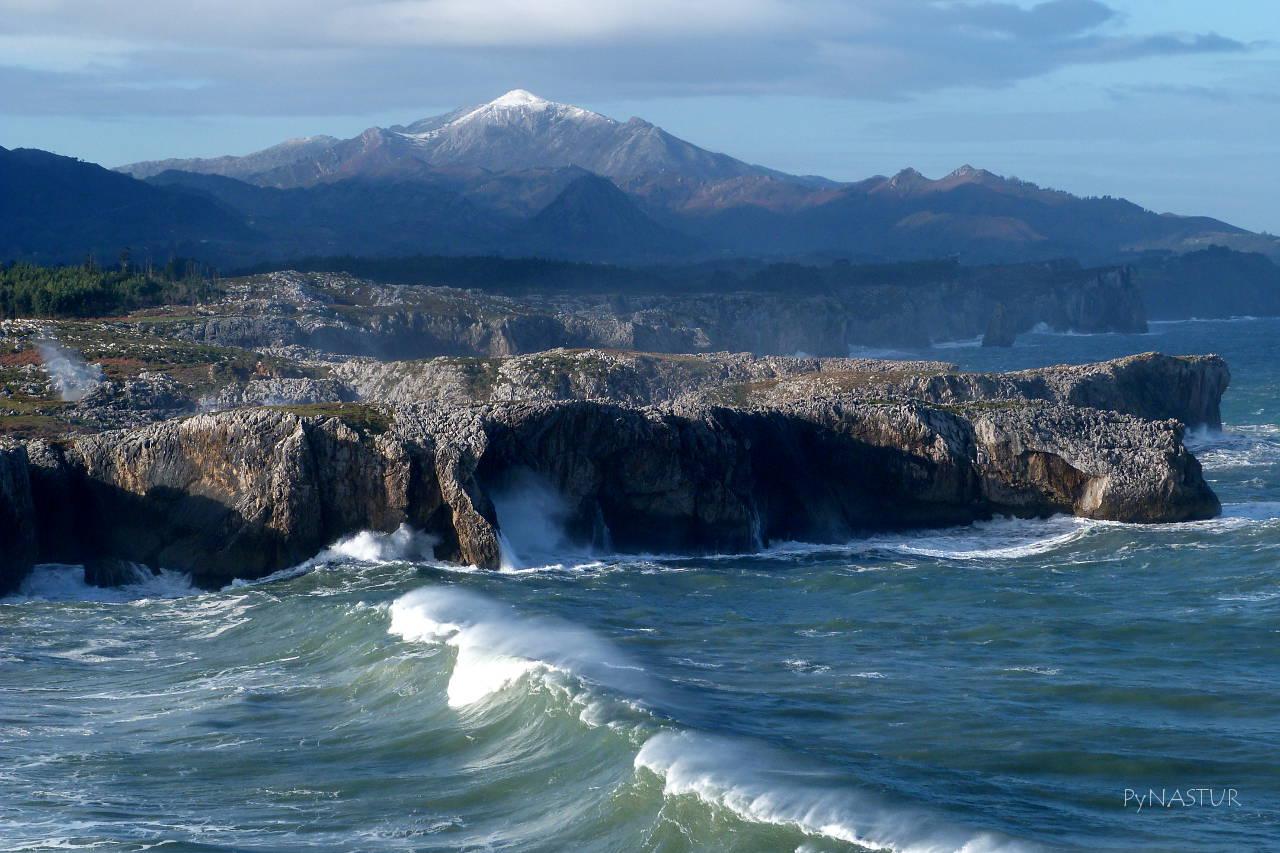 Acantilados de Guadamía con la Sierra del Sueve y el Pico Pienzu - Asturias