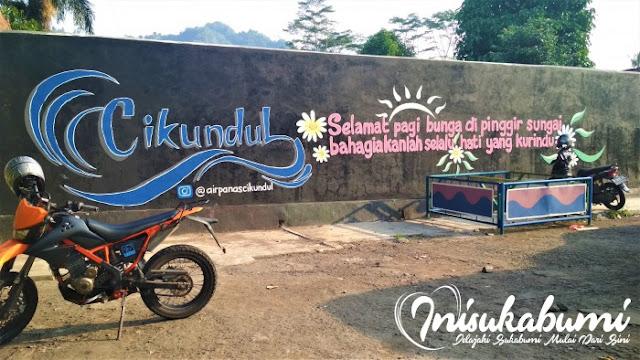 Dinding di salah satu bagian parkiran Pemandian Air Panas Cikundul Sukabumi