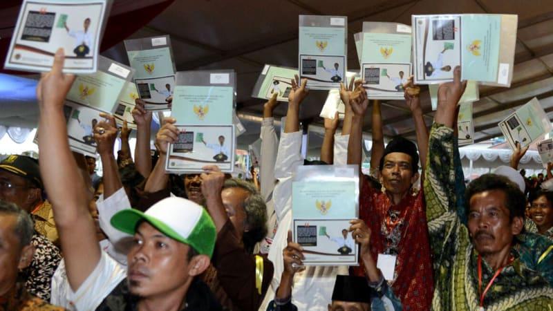 Ditemukan Foto Ini Dalam Sertifikat yang Dibagikan Presiden Jokowi