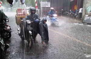 Tampil Fashionable Dengan Jas Hujan Muslimah