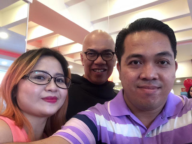 This blogger (L) with Mr. Boy Abunda.