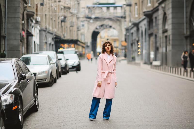образ в розовом пальто как носить