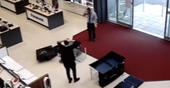 Cliente desastrado derruba TVs e causa prejuízo de R$ 20 mil - Img2