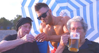 «Just Μπίρες» -Οι Κρητικές γιαγιάδες ξαναχτυπούν πίνοντας μπίρες δίπλα στο κύμα