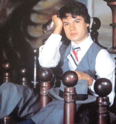 Foto de Juan Gabriel posando sentado