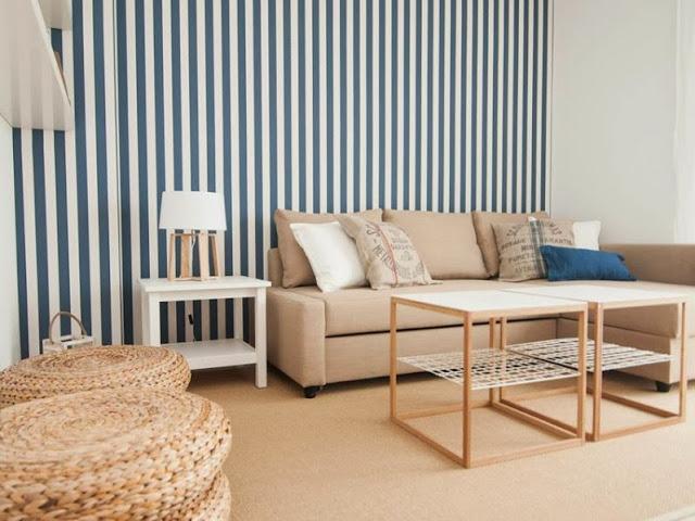 papel a rayas azul y blanco en el salon