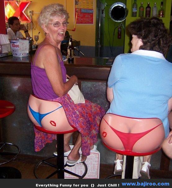 Mujeres sentadas en tanga