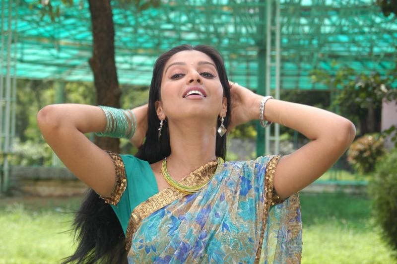 Manjulika Hot Saree Stills