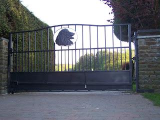 portail en fer forgé avec chien