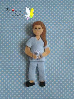 broche-fieltro-personalizado-fisioterapeuta-regalo-original-elbosquedelulu-hechoamanoparati
