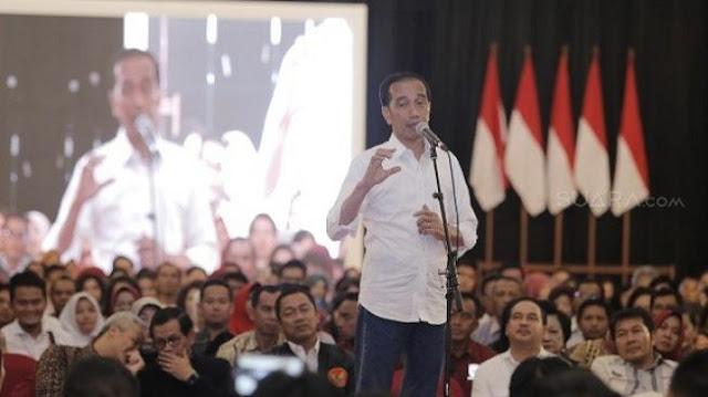 Setelah Dipatil Udang, Viral Video Jokowi 'Dipatok' Mic