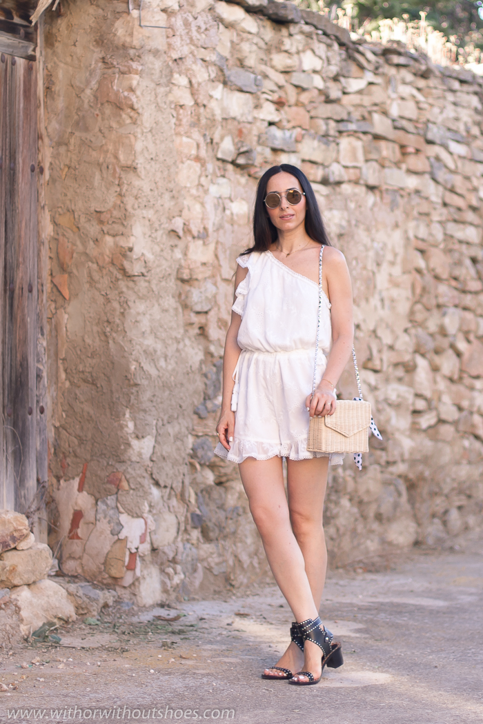 Streetstyle Look de verano con mono short asimetrico blanco Tularosa Revolve y Sandalias Jaeryn Isabel Marant