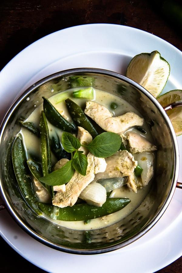 curry, kurczak, groszek, zielone chilli