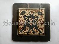 Socarrat original del siglo XV, con dos muchachos brindando. Socarrat Artesanía. Soc-Art. Camateu