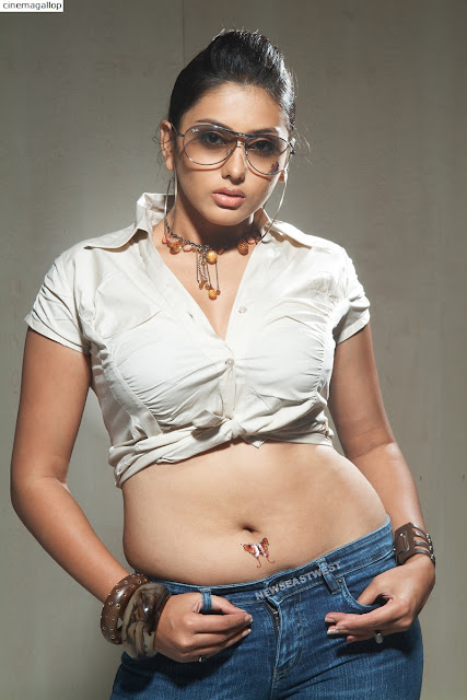 Tamil Actress Namitha's Hot navel showing Images