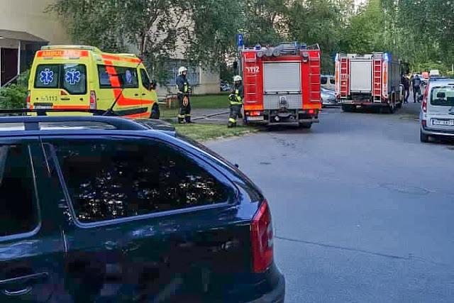 Mediķu un ugunsdzēsēju mašīna iekšpagalmā