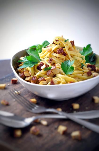 Pasta mit Ingwer-Gewürzbutter, Pinienkernen und Räuchertofu