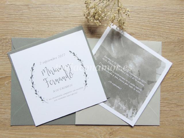 Invitación clásica y elegante en color gris pintada en acuarela con ramas en forma de corona