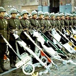 1945 yılında gerçekleşen Zafer Geçit Töreninde Sovyet askerleri Nazi bayraklarını yere tutuyor.