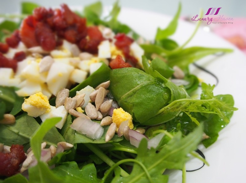 healthy arugula salad with sunflower seeds