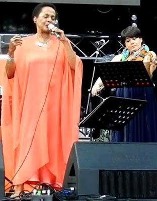 Foto de Susana Baca cantando en escenario