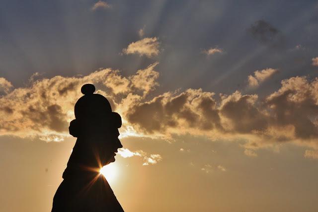 Pôr do Sol em Congonhas do Campo com os profetas de Aleijadinho. No detalhe, Profeta Daniel.