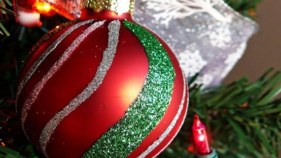 download besplatne Božićne pozadine za desktop 2560x1440 čestitke blagdani Merry Christmas kuglica za bor