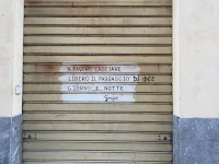 Sign in a driveway in Palermo to leave doorway clear.