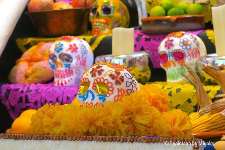 Día de Muertos, Casa de México en Madrid メキシコ流死者の日の祭壇のカラフルな骸骨