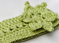 http://translate.googleusercontent.com/translate_c?depth=1&hl=es&rurl=translate.google.es&sl=en&tl=es&u=http://crocheterie.blogspot.com.es/2012/01/crochet-pattern-sayde-headband-with.html&usg=ALkJrhjUjPurTjUetxua2wxh0wiUmLBPHQ