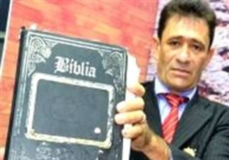 Pastor demandado sostiene Biblia
