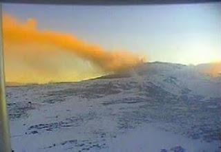 El servicio de monitoreo de volcanes de Neuquén relevó un aumento de la actividad de emisión de cenizas del volcán Copahue y elevó le nivel de alerta a amarillo.