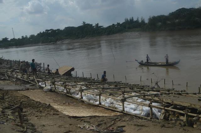 ထက္ေခါင္လင္း (Myanmar Now) ● ေဆာက္ၿပီးမၾကာမီ ၿပိဳက်သည့္ ေခ်ာင္းကမ္းပါး ထိန္းနံရံကိစၥ အမတ္မ်ားေဝဖန္