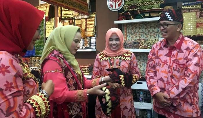 Dekranasda Lamsel Andalkan Produk Kreatif Hasil Kreasi Pengrajin Lokal Tampil Di Jakarta Dalam Inacraft 2019