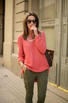 calças verdes e camisola laranja