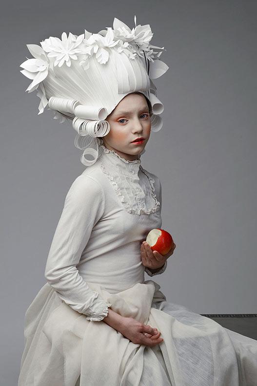 Artista rusa hace pelucas de estilo clásico barroco con papel