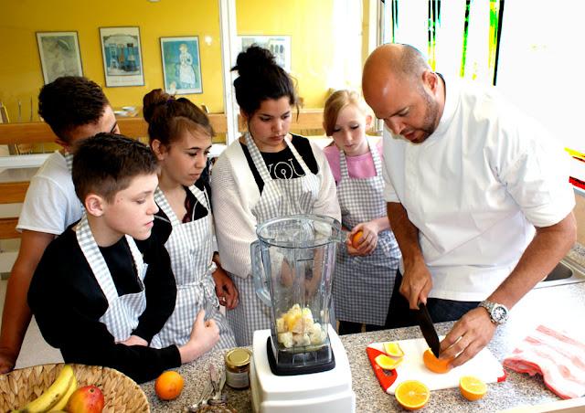 Am Mixer: Dominik Wetzel zeigt den Schülern, wie man mit dem Messer Orangen schält. #MoToLogie #FruechteHill