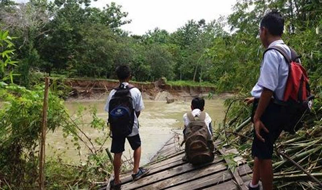 Jembatan Penghubung Antar Desa di Suli Putus Dihantam Air