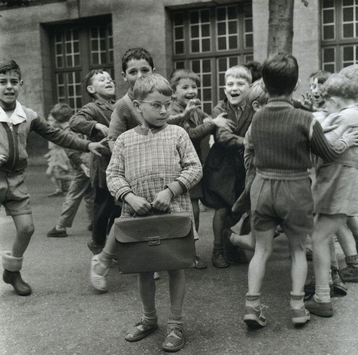 """Robert Doisneau, Les enfants dans la cour de l'école """"des garçons"""" - 1956"""
