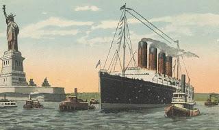 Πλοίο-κάτω-από-το-άγαλμα-της-ελευθερίας.