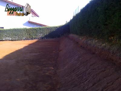 Terminando a terraplanagem do campo de futebol e iniciando o acerto de terra manual para poder fazer o plantio da grama esmeralda em casa em condomínio em Atibaia-SP.
