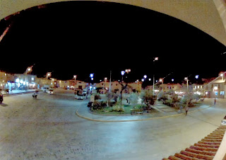 Praça central de Ollantaytambo / Peru à noite.