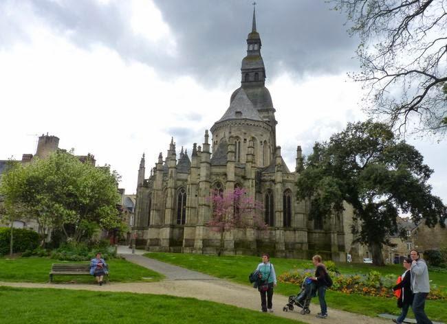 Parte trasera de la Basílica de Saint-Sauveur.