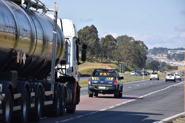 Em Rondônia, PRF garante escolta para Eletrobras levar combustível a localidades afetadas por falta de energia