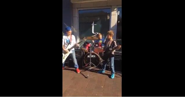 Niños tocando Metallica en la calle