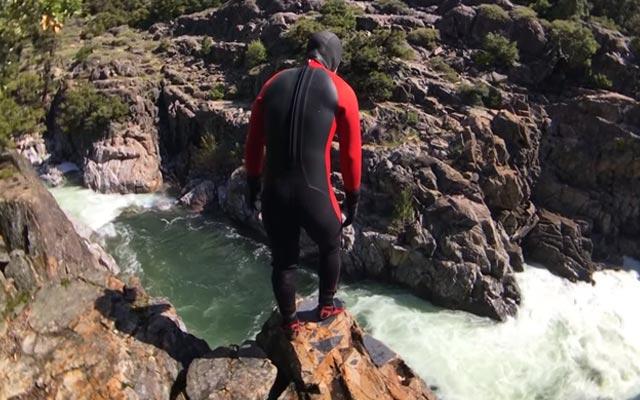 Arrepiante! Homem pula de penhasco para rio perigoso