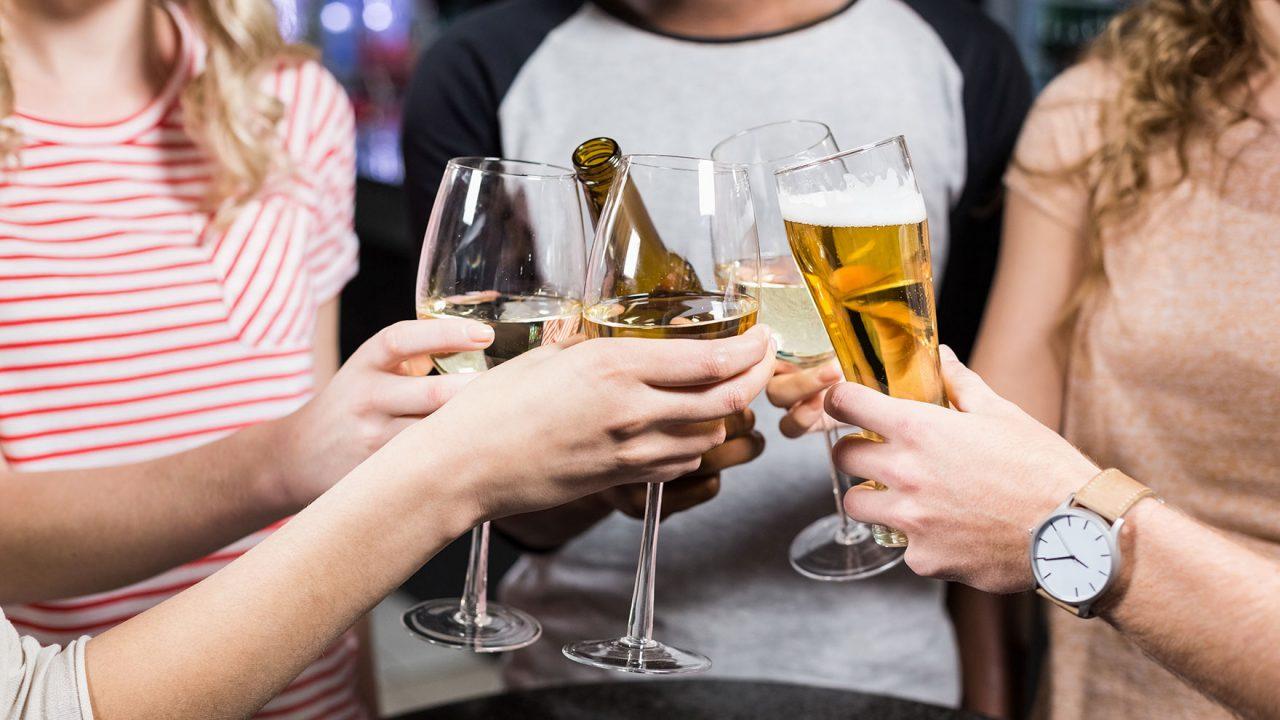 Αλκοόλ και Έλληνες: Πίνουμε λιγότερο αλλά πάνω από το μέσο όρο διεθνώς