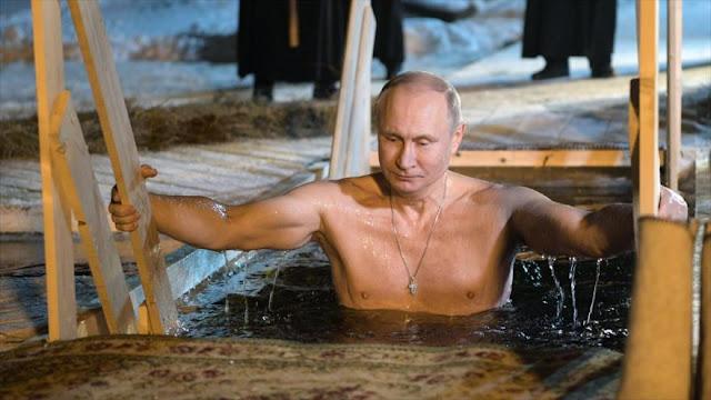 Putin se baña en aguas heladas para celebrar un rito ortodoxo
